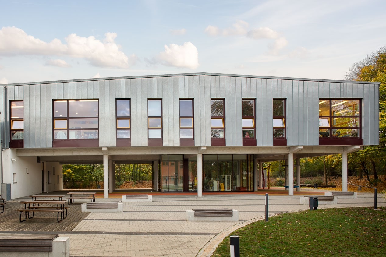 Fassadenfoto Grundschule mit Schulhof