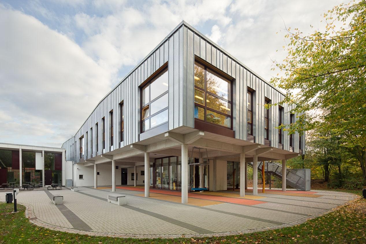 Außenaufnahme Schulhof Grundschule