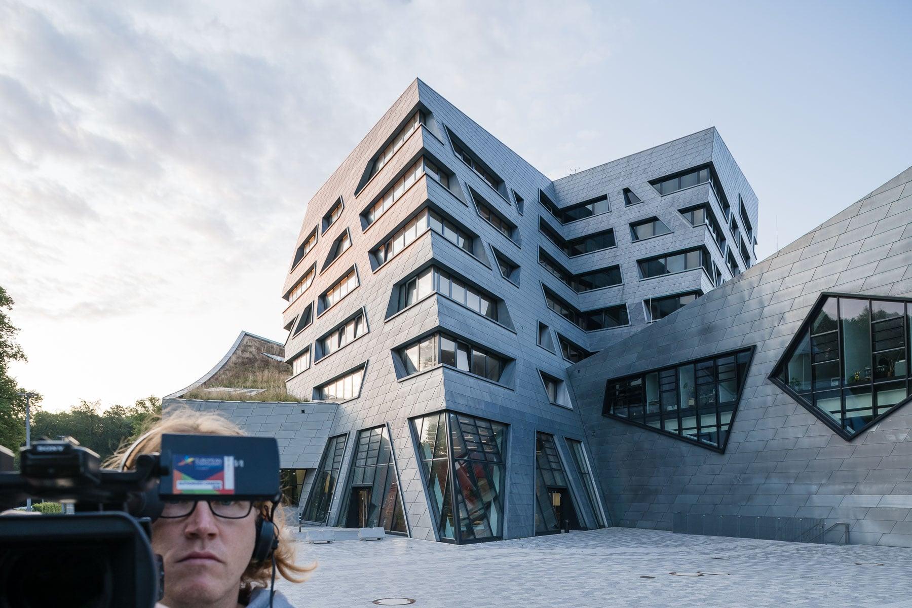 Architekturfoto mit Kameramann im Bild